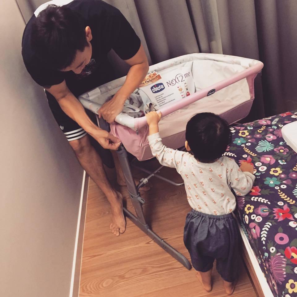 隋棠老公幫忙組裝小床。圖/摘自臉書