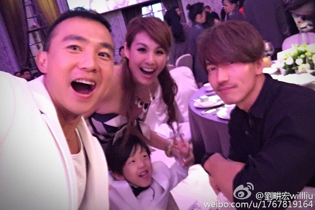 劉畊宏貼在微博上的幾張宴會照片,成為網友判斷林志玲與言承旭復合並一起參加婚禮的「
