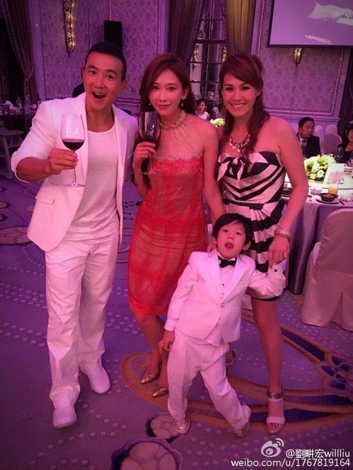 劉畊宏貼在微博上的幾張宴會照片,成為網友判斷林志玲與言承旭復合並一起參加婚禮的「...