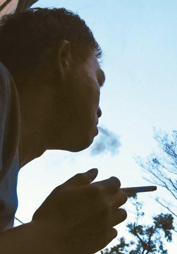 衛福部國民健康署擬修「菸害防制法」,未來酒吧、夜店、雪茄館也將全面禁菸。 報系資...