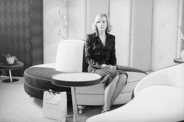 美國獨立電影導演吉姆賈木許經典作品「咖啡與菸」,明天首度在台躍上大銀幕,這部片耗時17年拍攝,不僅找來奧斯卡影帝影后助陣,女星凱特布蘭琪在片中更一人分飾兩角。「咖啡與菸」找來奧斯卡影帝、影后助陣,其...