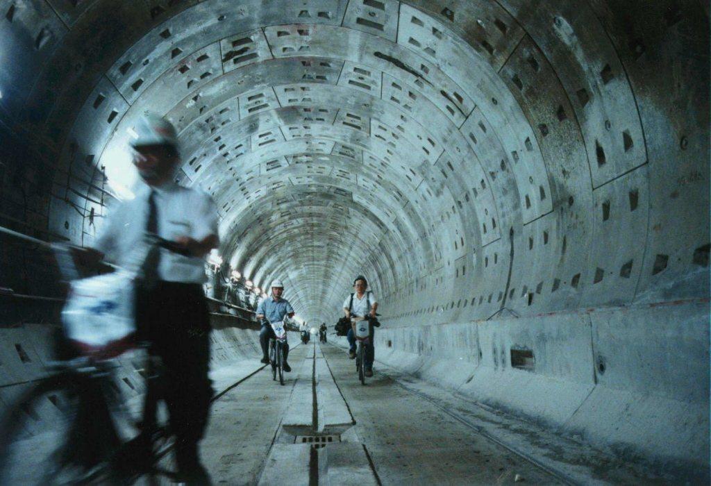 1997年捷運板南線CP262隧道段完工,捷運工人騎車穿越隧道慶祝,然而這段工程...