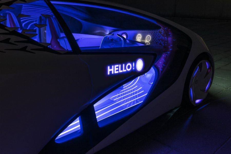 Concept-i 的車門可在感應到駕駛或乘客靠近時顯示迎賓語。 摘自 Toyo...