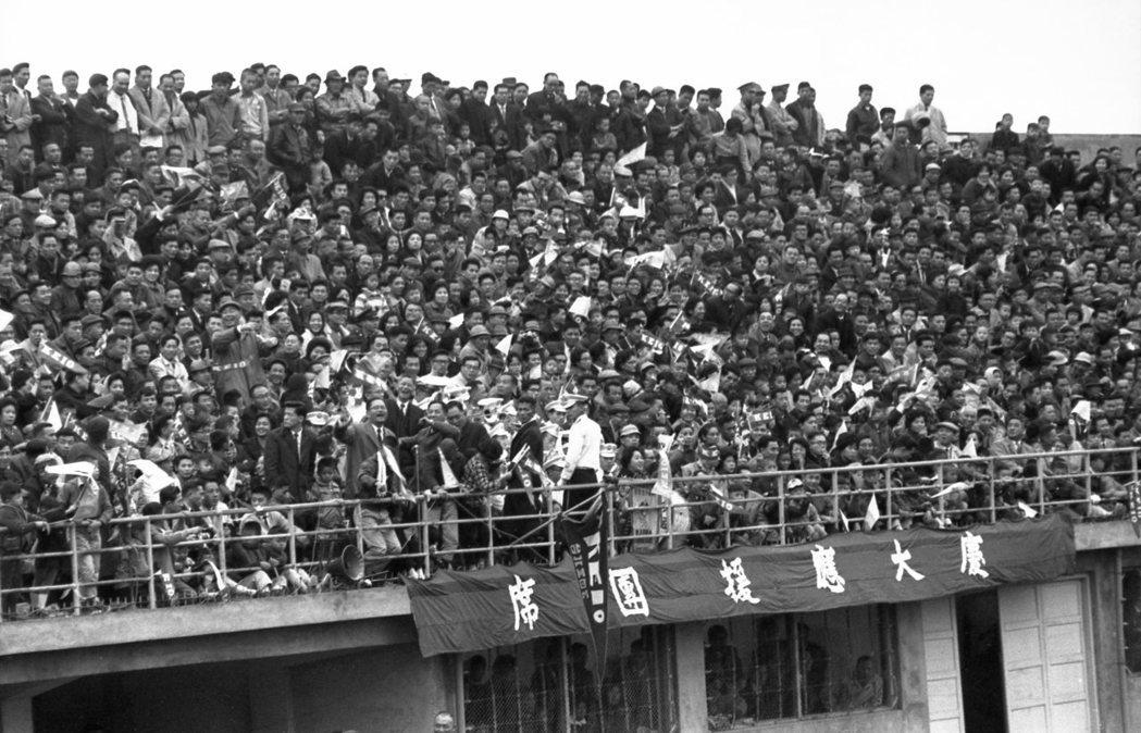 早慶棒球大戰在台北市立棒球場舉行,吸引人山人海的觀眾進場觀看。 圖/聯合報系資料照片