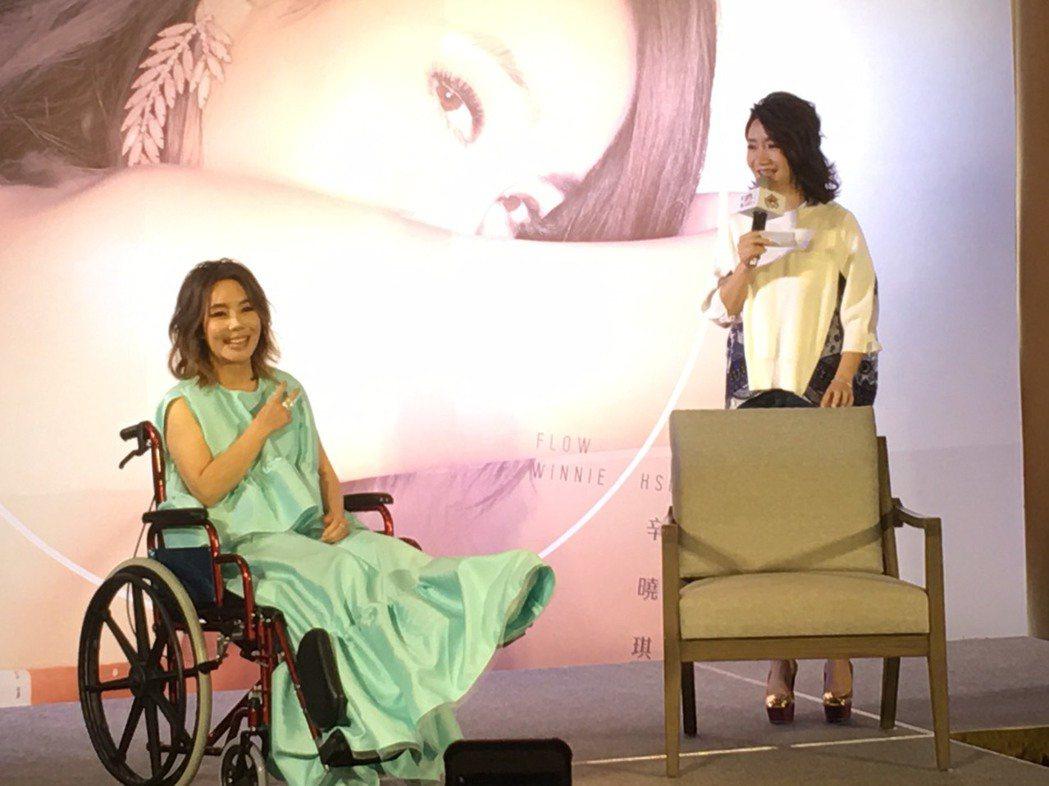 辛曉琪(左)受傷後搭輪椅宣傳新專輯,(右)為陶晶瑩。記者許晉榮/攝影