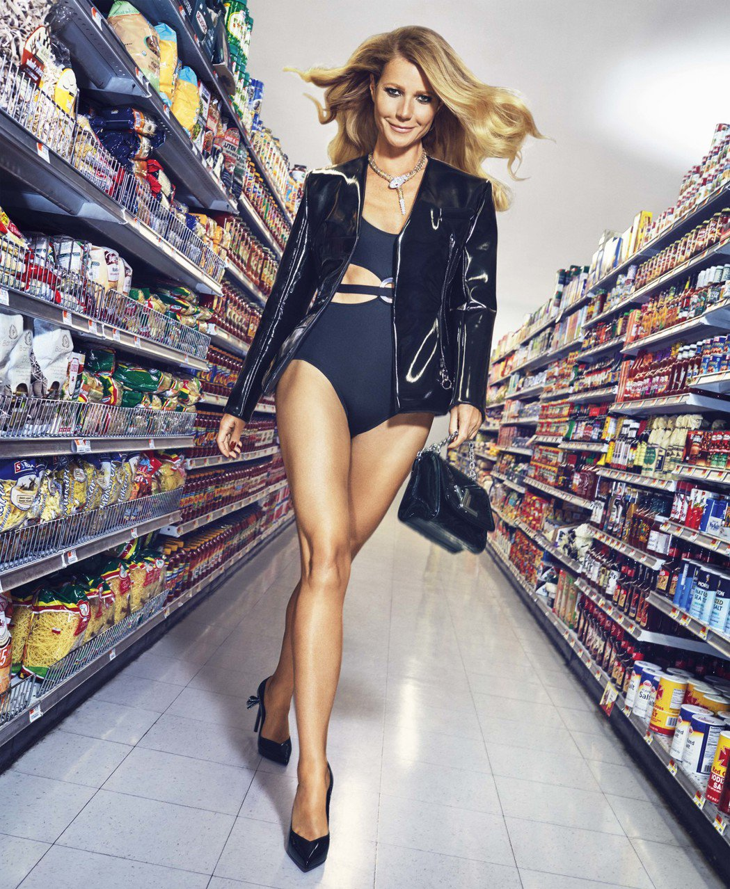 葛妮絲派特洛為拍攝雜誌在超市裝扮火辣。圖/BAZAAR提供