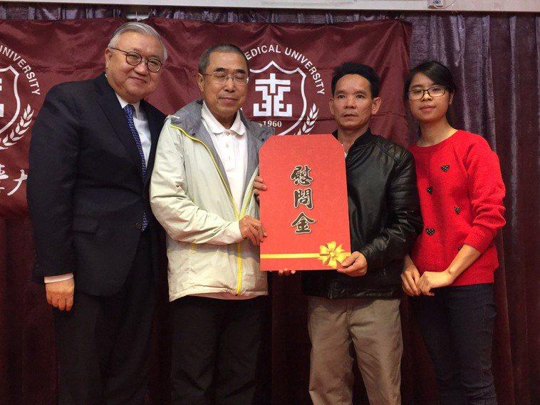 年僅24歲的裴氏鸞(右一)接受父親(右二)的腎臟捐贈,加上台北醫學大學的協助,幫...