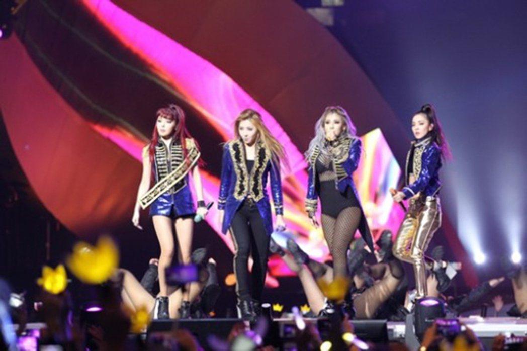 2NE1前天於海外秘密合?,拍?新曲MV,道?粉?。?/摘自?洲??