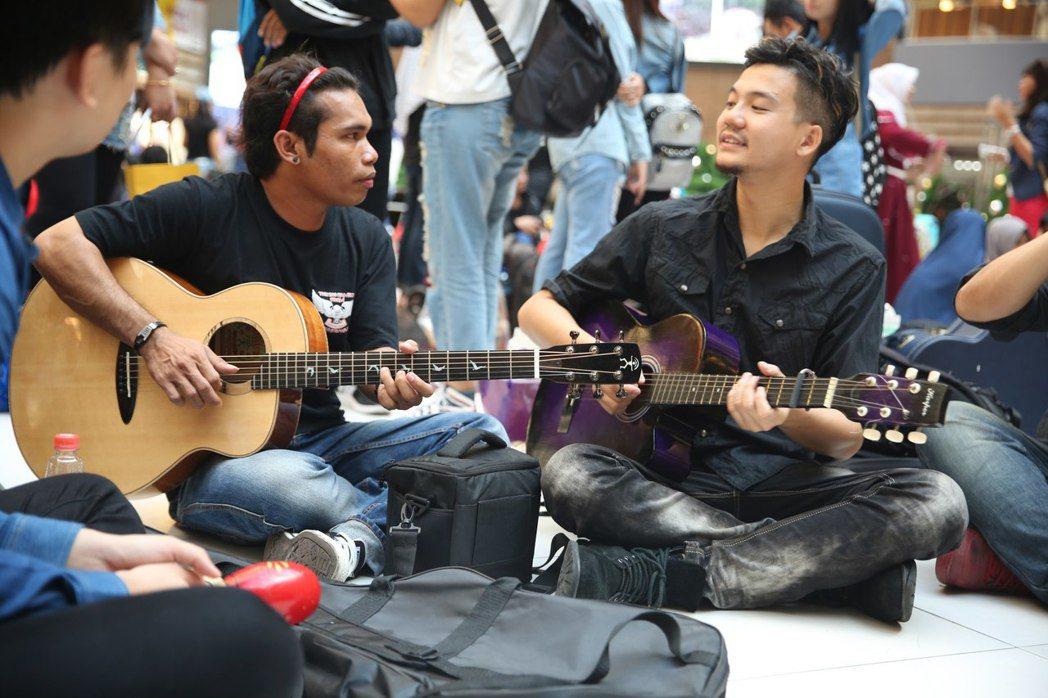 張三李四到外籍勞工聚集之處與他們唱歌聊天。圖/獨一無二娛樂提供