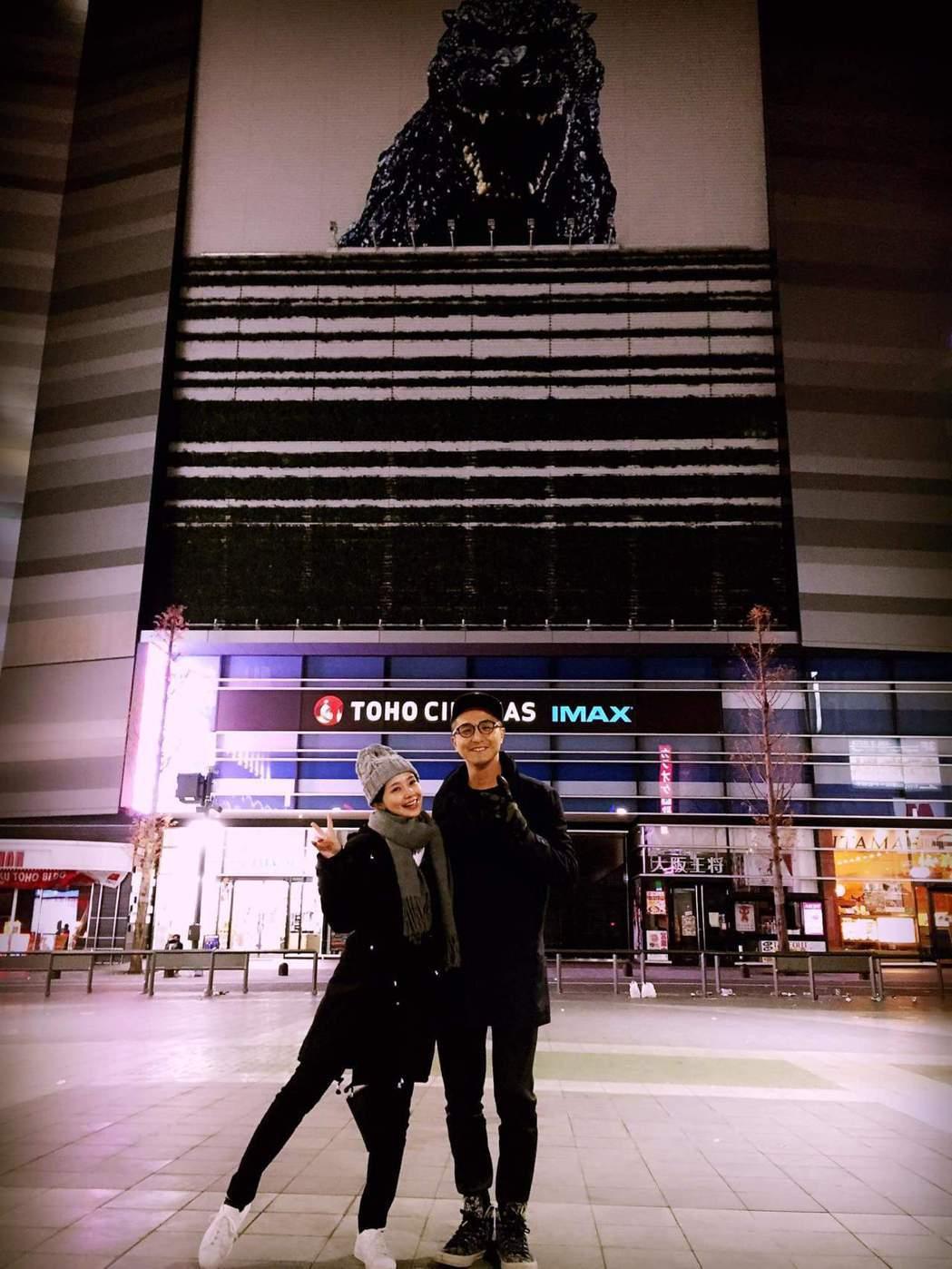 吳婉君(左)po出與王少偉摟肩照。圖/摘自臉書
