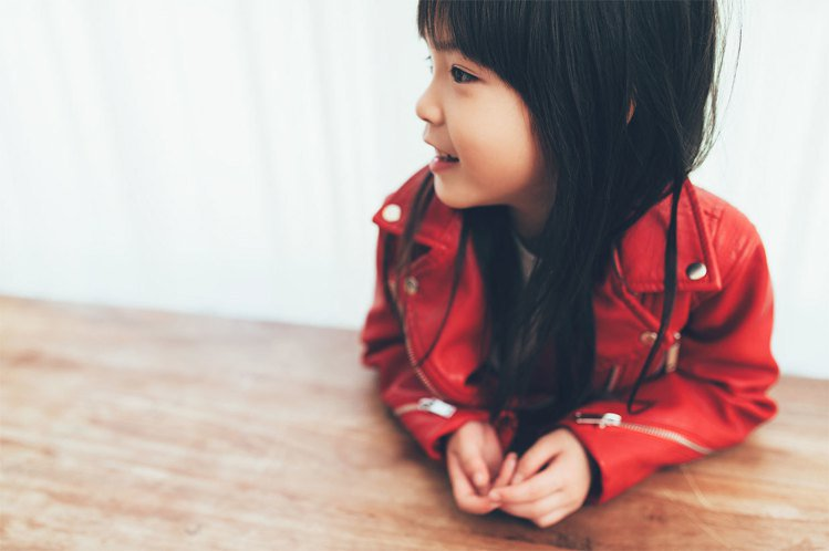 網紅雙胞胎「蘋果&西打」代言ZARA中國年系列童裝。圖/ZARA提供
