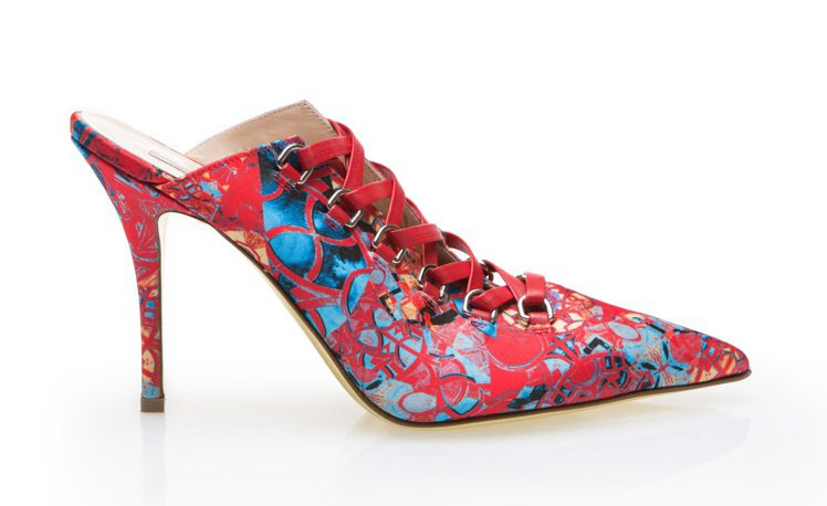 繁複多彩的印花表現在烏干紗裙裝和鞋履之上。圖/夏姿提供