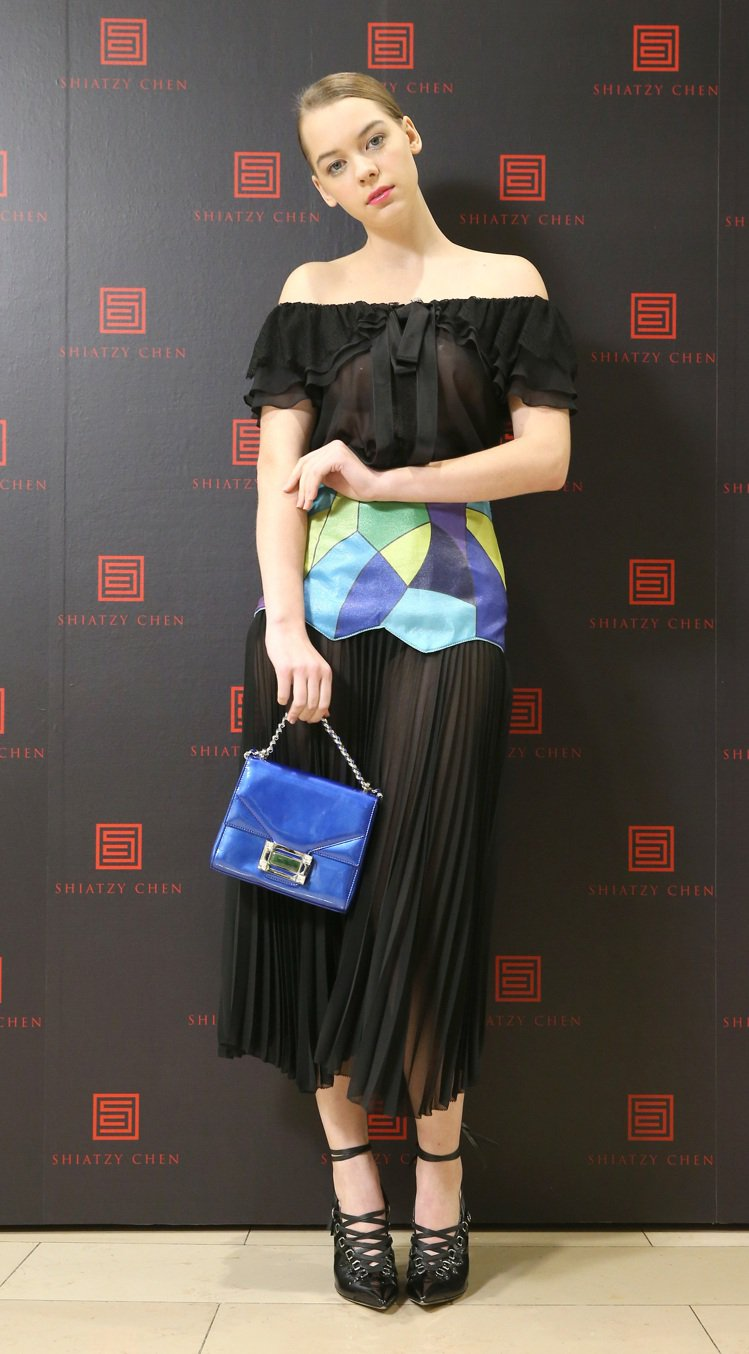 百褶裙是夏姿春夏主要元素之一,腰際幾何色塊靈感來自聖家堂的彩繪玻璃。圖/記者林澔...