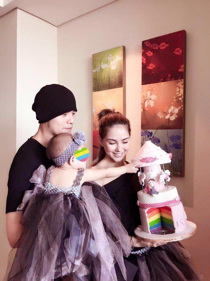 昆凌與周杰倫結婚之後,組織幸福家庭,並產有一女「小周周」。圖/取自於臉書
