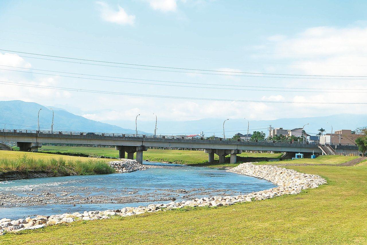 安農溪畔平坦、景色優美,縣府相中發展成高A爾夫公園。 記者張芮瑜/攝影