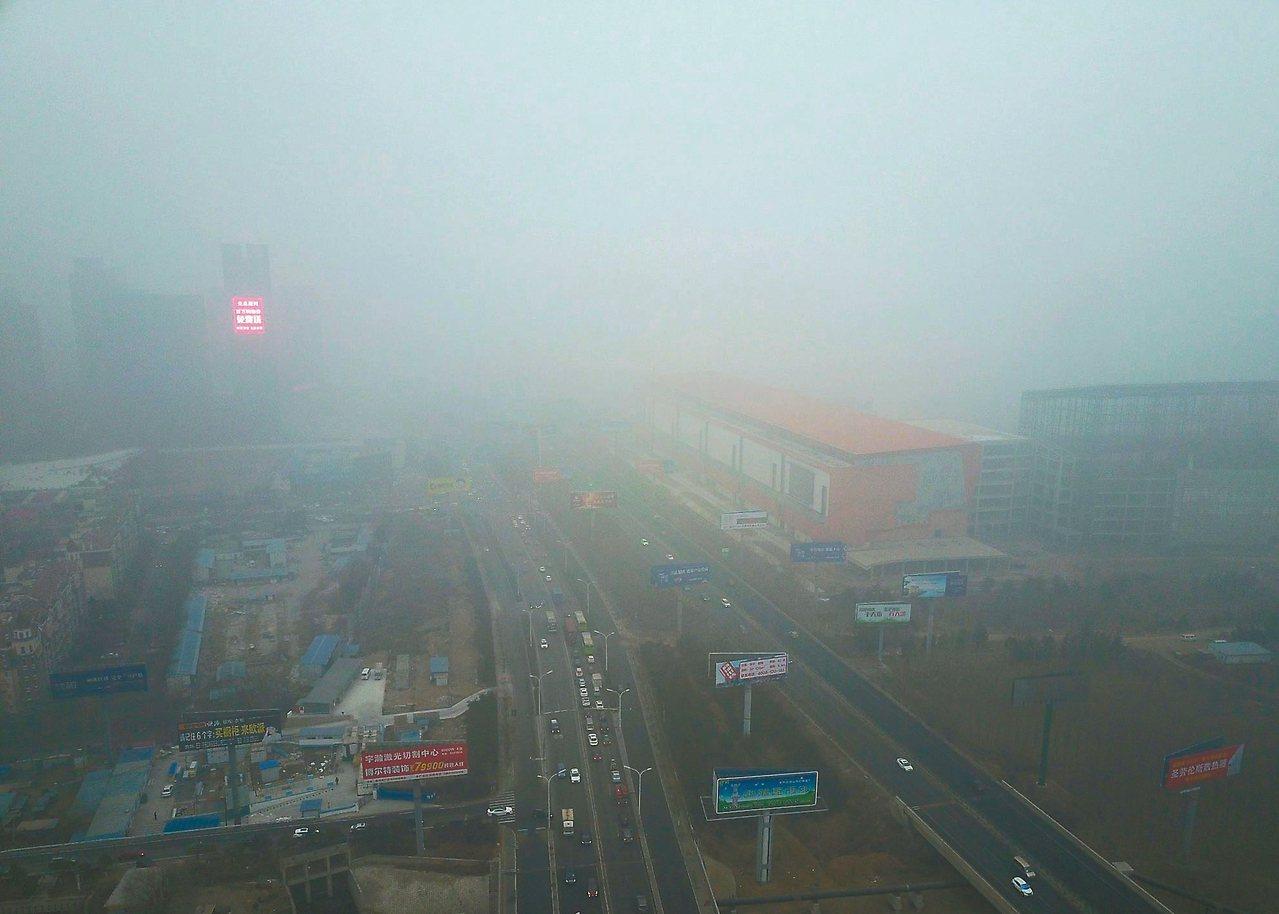 霧霾一直是大陸棘手的環保問題,重度霧霾籠罩華北城市,能見度甚至少於兩百公尺。圖為...