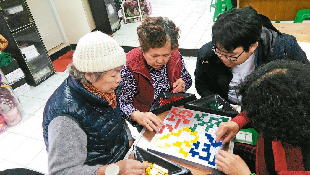 Blokus能協助老人維持他的幾何認知水平;陪孫子共玩也可刺激老人家遊戲的動力、...