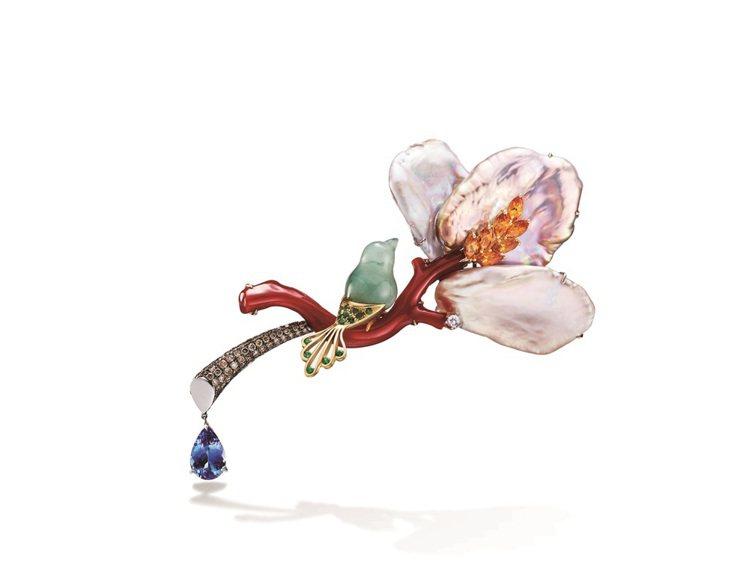 青鳥花雨夜紅珊瑚胸針,使用丹泉石、紅珊瑚、珍珠貝、茶鑽、沙佛萊,46萬元。圖╱林...