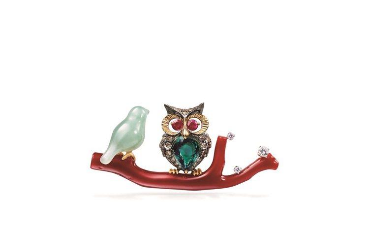 「青鳥花雨夜」紅珊瑚胸針,使用紅寶、紅珊瑚、茶鑽,22萬8,000元。圖╱林曉同...