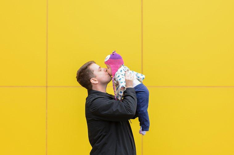 約有44%的爸爸表示沒有自信獨力帶小孩。主要的原因是因為有四成以上的爸爸們返家的...