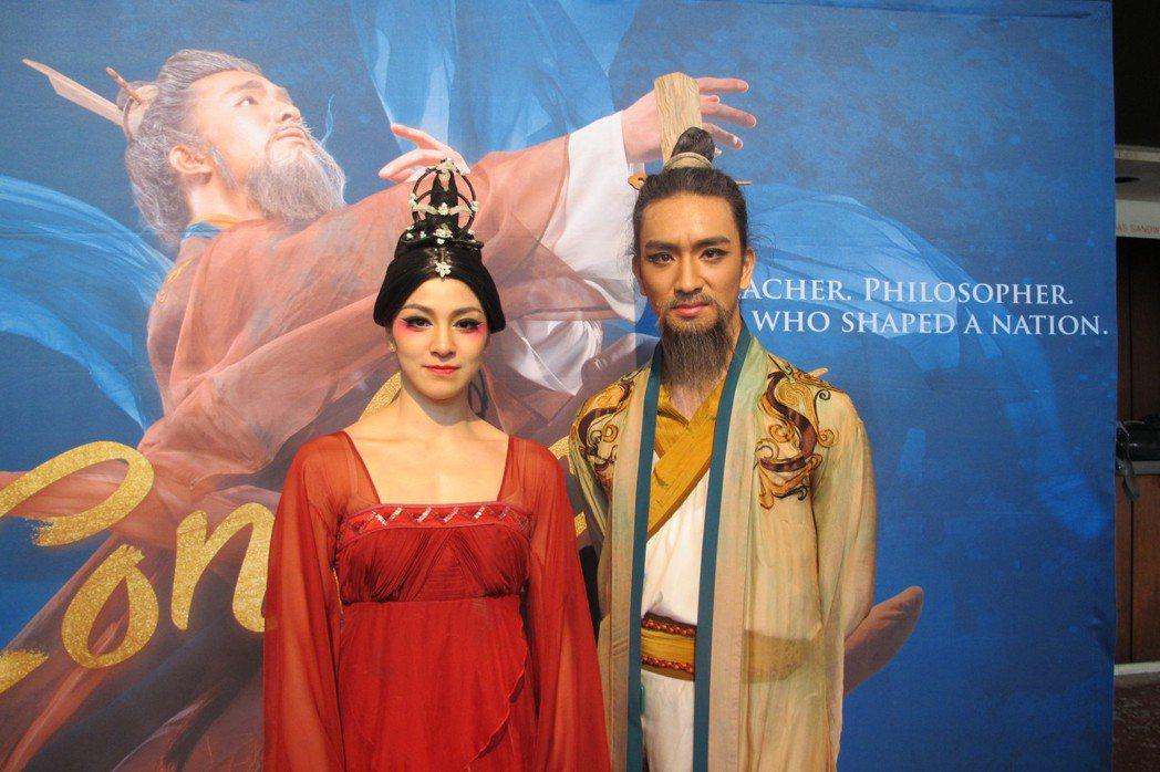 兩位主演唐詩逸(左)與胡陽(右)帶來精彩舞劇「孔子」。(記者金春香/攝影)