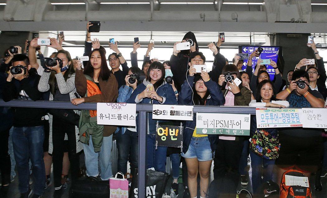 韓星IU中午搭機抵達桃園機場,入境大廳約有一百位粉絲在守候。記者鄭超文/攝影