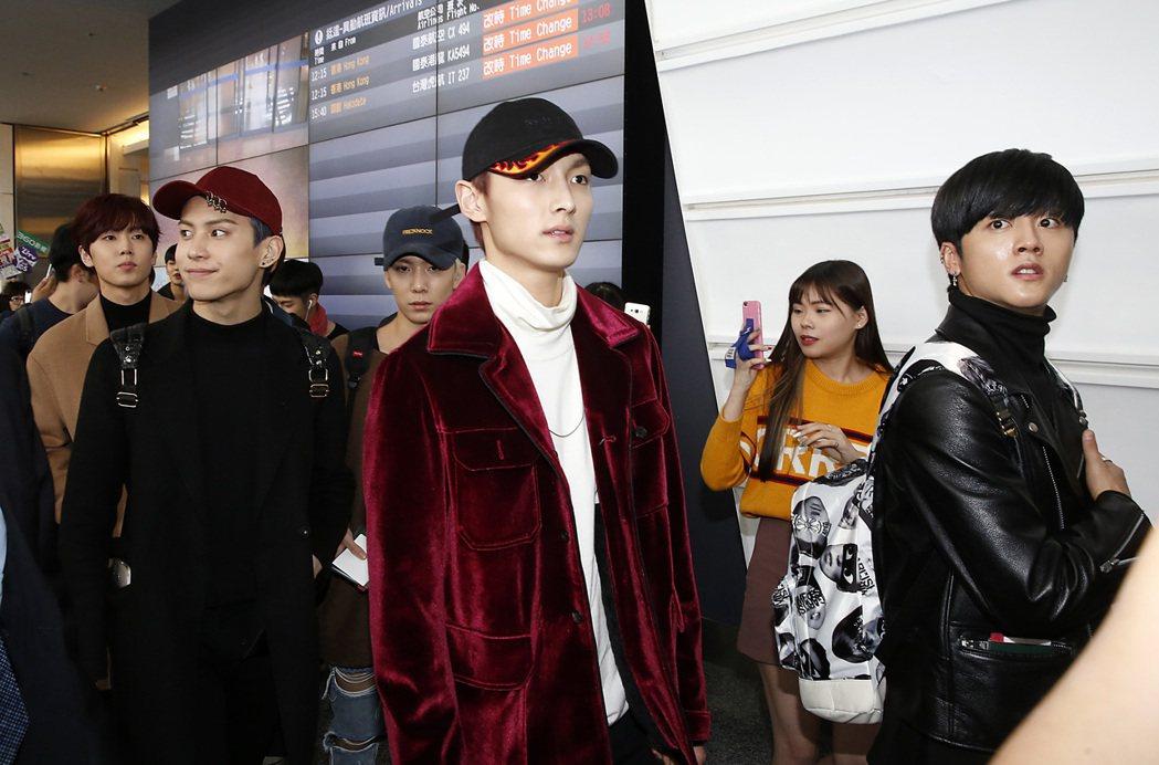 韓國男團SF9九位成員中午抵達桃園機場。記者鄭超文/攝影