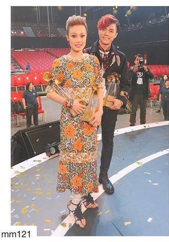 香港女星容祖兒身穿香奈兒2016/17 Cruise度假系列立體刺繡彩色印染蕾絲
