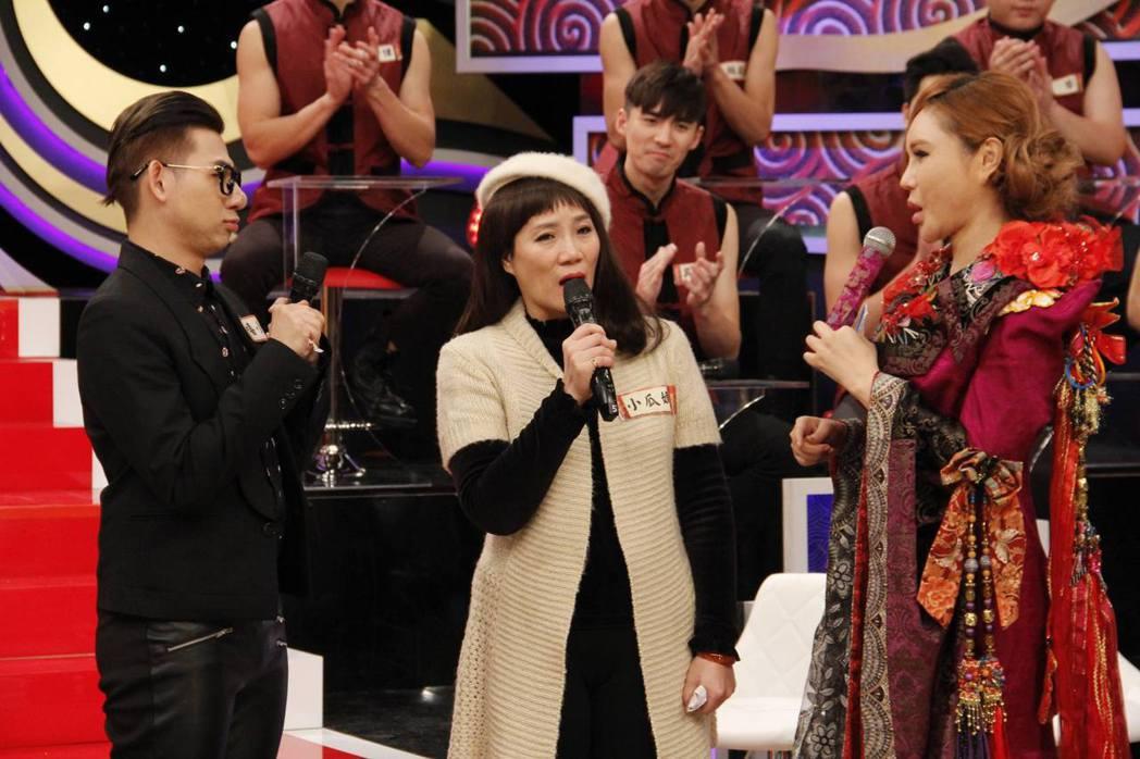嘻小瓜(左一)這兩年才向母親(中)坦言愛男生,右為利菁。圖/中天提供