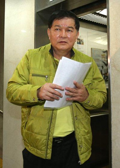 台北地檢署為追查是否有「菜蟲」、「果蟲」藉機囤積商品、哄抬物價,指揮台北市調查處...