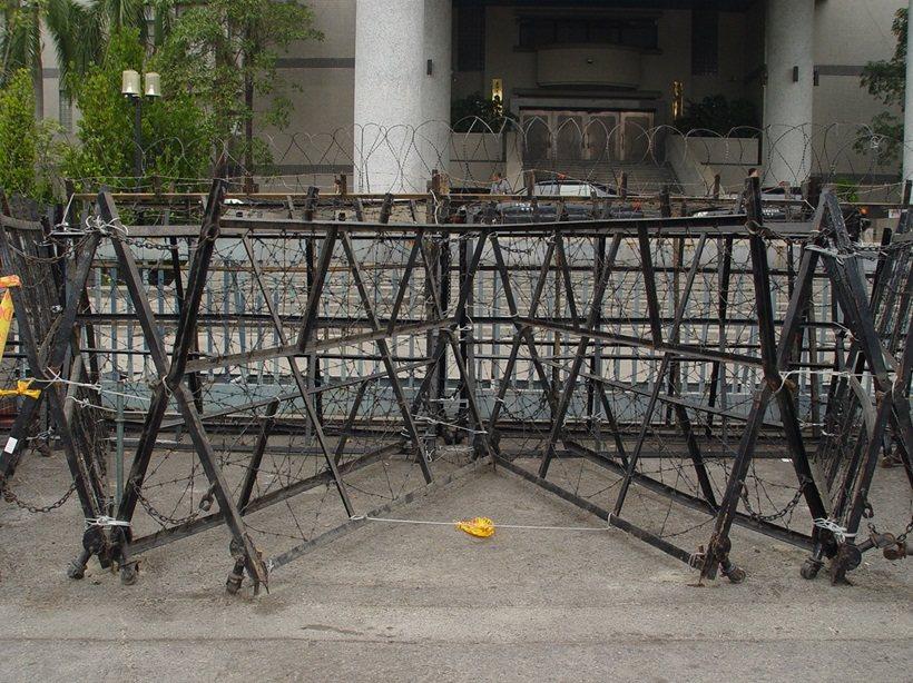 明天的年金改革座談可能遭激烈抗爭,警方一度考慮重新動用鐵拒馬。圖/警方提供
