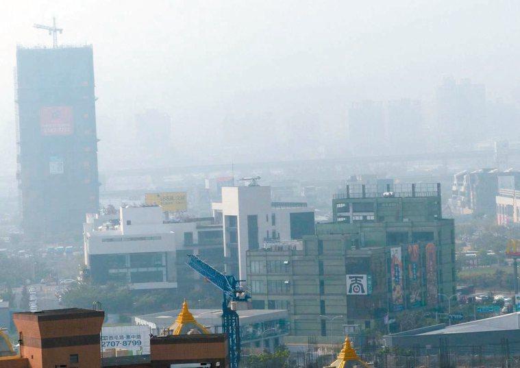 醫師建議,空氣品質不佳時最好少出門,若非得出門活動,也要戴口罩或全覆式眼鏡防護,...