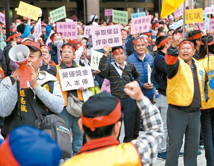 台鐵產業工會表示,逾千名員工可能在春節假期依勞基法「見紅就休」,不需請假。圖/本...