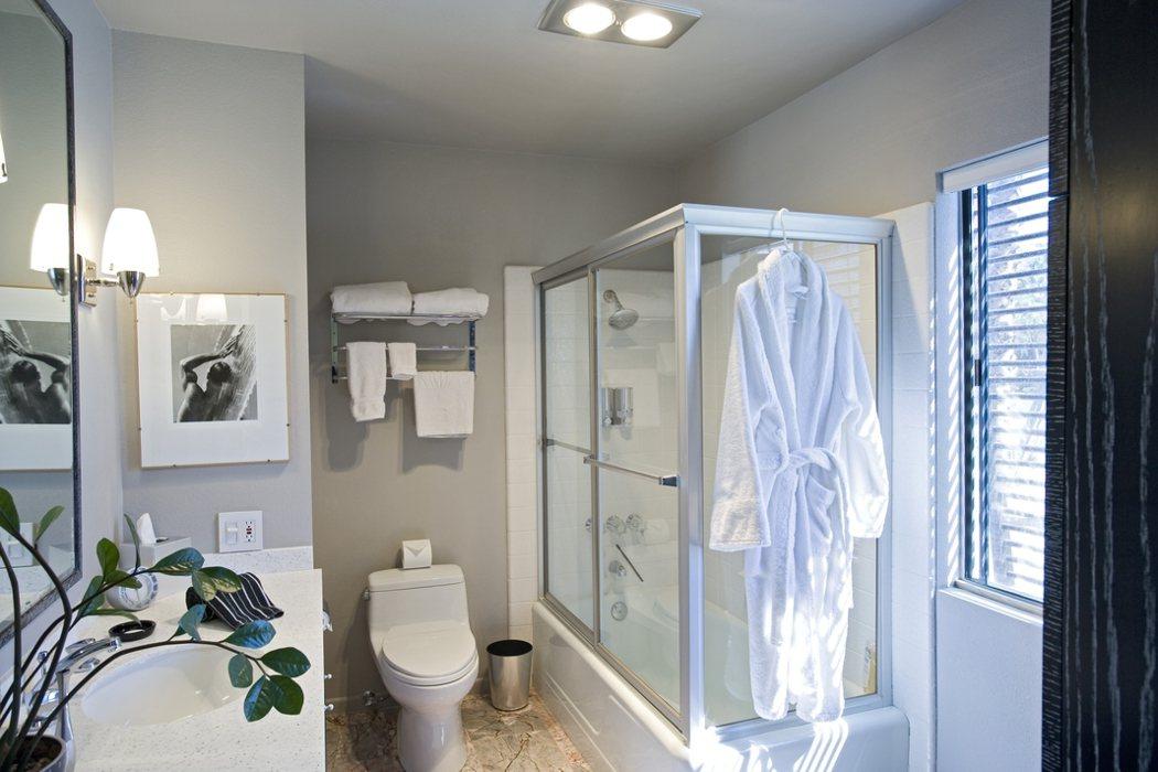 據統計,家具旁或溼滑浴廁最容易跌倒,提醒家有慢性病的長輩的民眾務必檢視居家安全,...