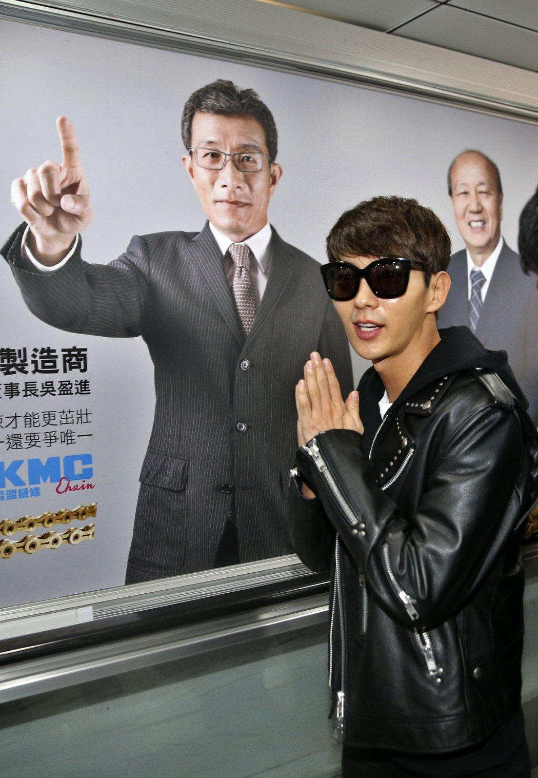 韓星李準基中午搭機抵達桃園機場,他用中文「很高興來到台灣」、「好久不見」向台灣粉...