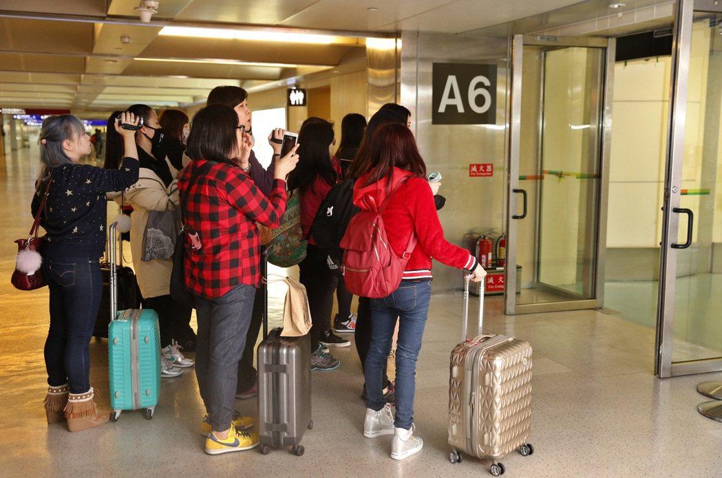 韓星李準基中午搭機抵達桃園機場,閘門外有約二十位香港來的粉絲在管制區內接機。記者...