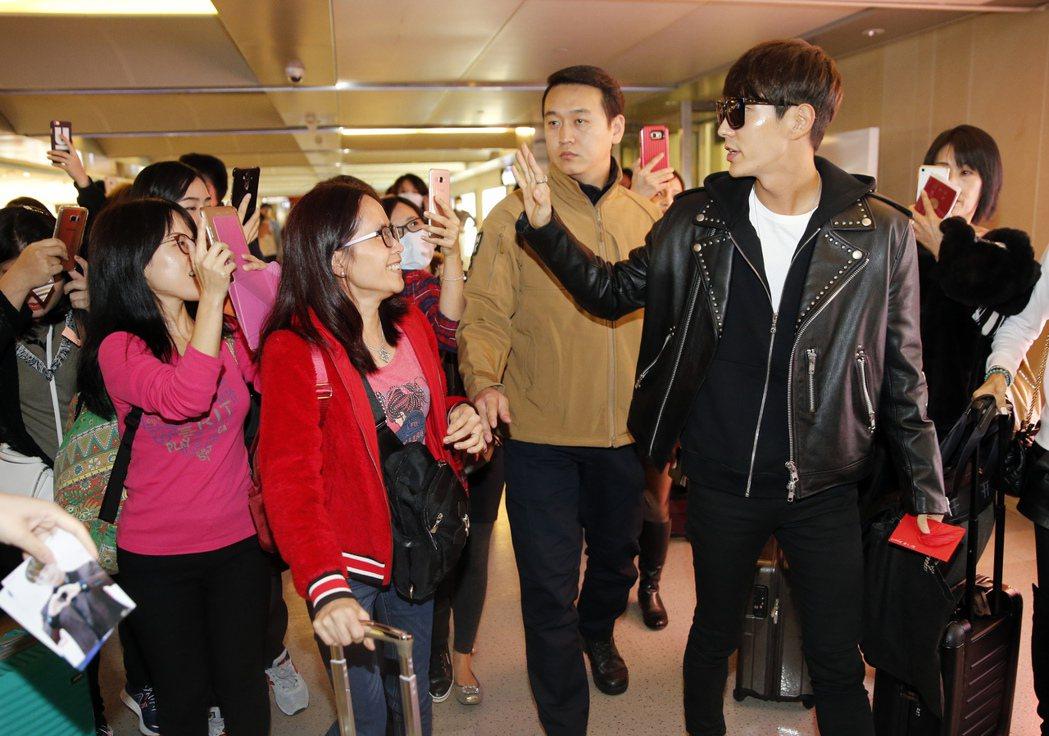 韓星李準基中午搭機抵達桃園機場,閘門外有約二十位香港來的粉絲在管制區內接機,李準...