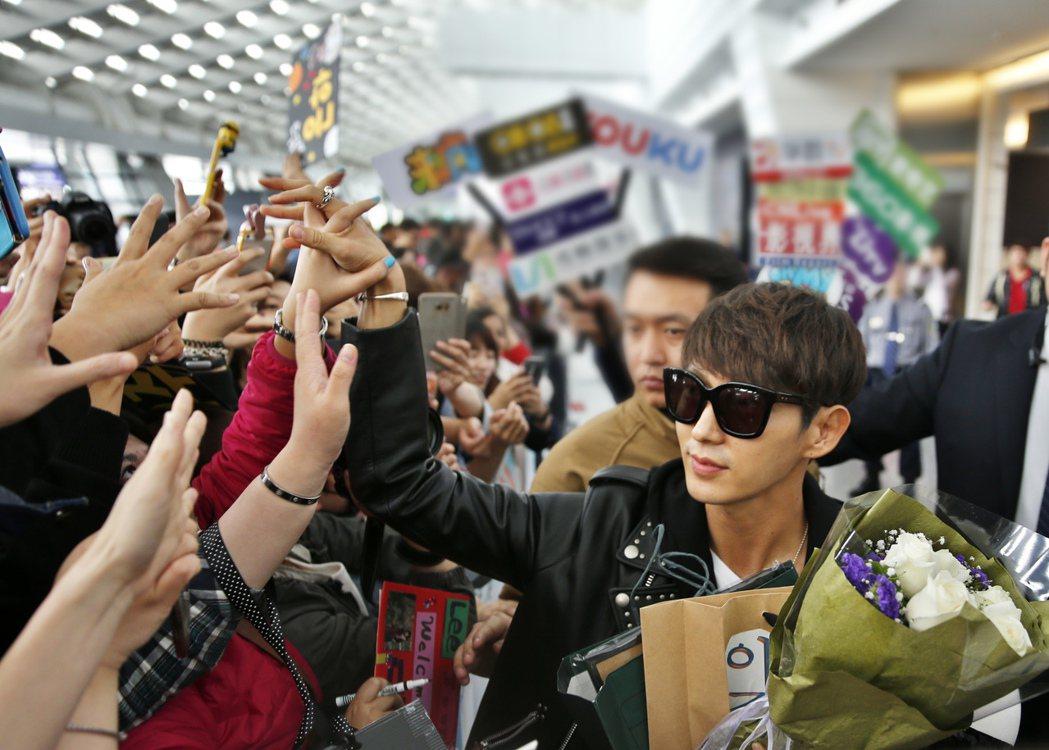 韓星李準基中午搭機抵達桃園機場,一進入境大廳,現場超過三百位的粉絲齊聲尖叫,李準...