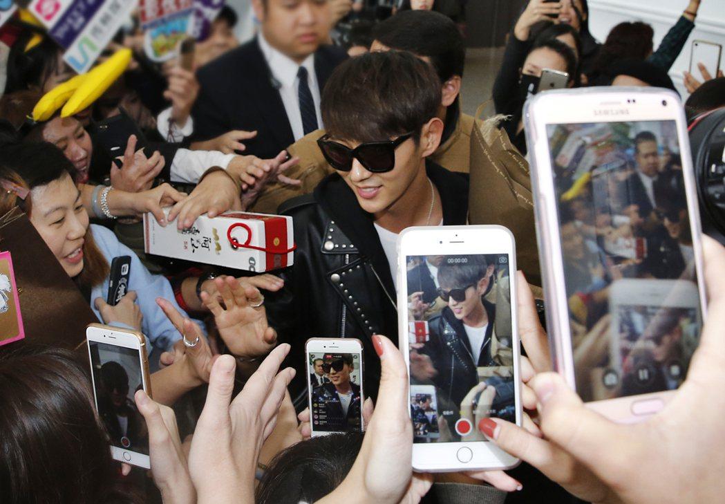 韓星李準基中午搭機抵達桃園機場,一進入境大廳,現場超過三百位的粉絲齊聲尖叫,並用...