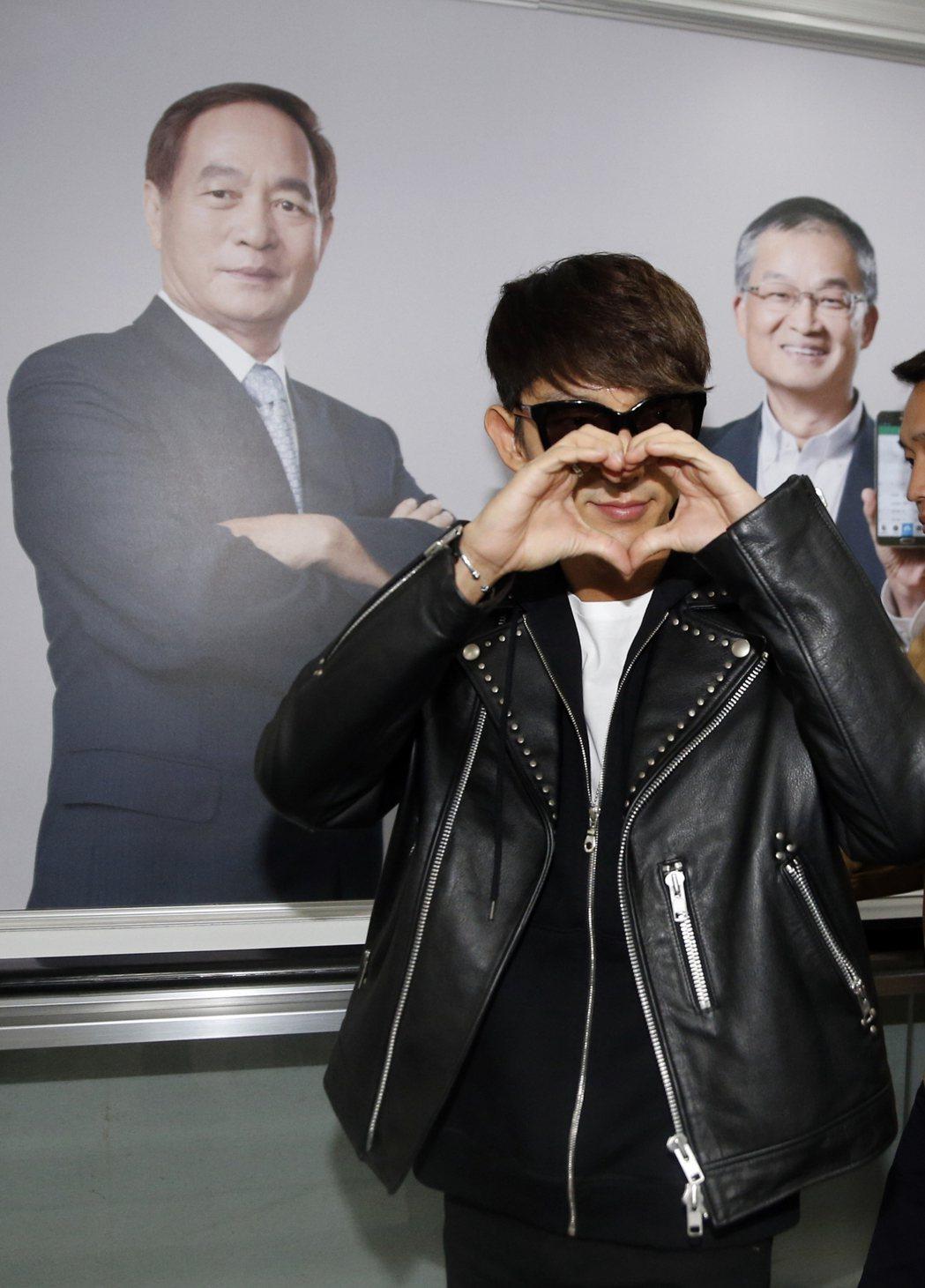 韓星李準基中午搭機抵達桃園機場,一路上還擺出各種「愛心」手勢。記者鄭超文/攝影