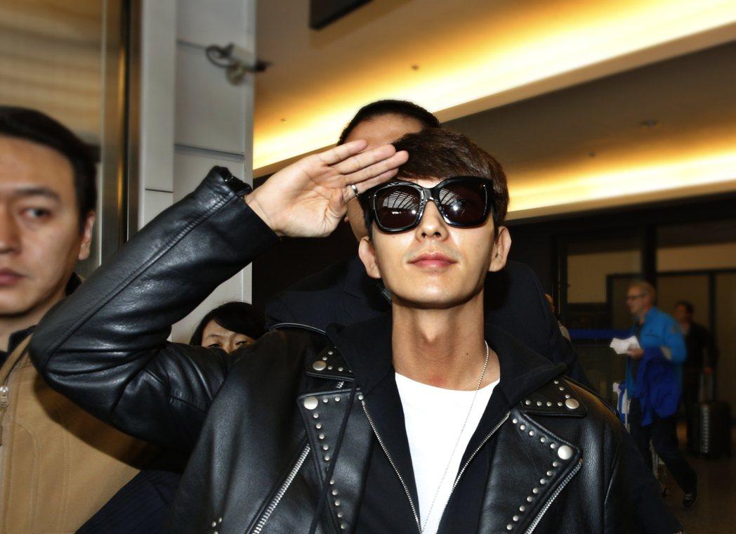 韓星李準基中午搭機抵達桃園機場,一進入境大廳,李準基用手勢敬禮。記者鄭超文/攝影