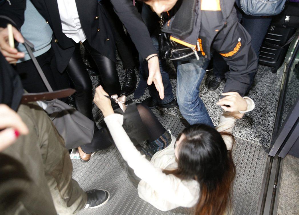 韓星李準基中午搭機抵達桃園機場,一名女粉絲更是為了接近偶像,在推擠中不小心跌倒,...