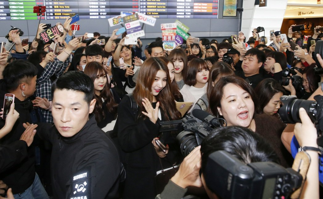 韓國超人氣女團「GFRIEND」中午抵達桃園機場,隨團的韓國保鏢動手推擠現場媒體...