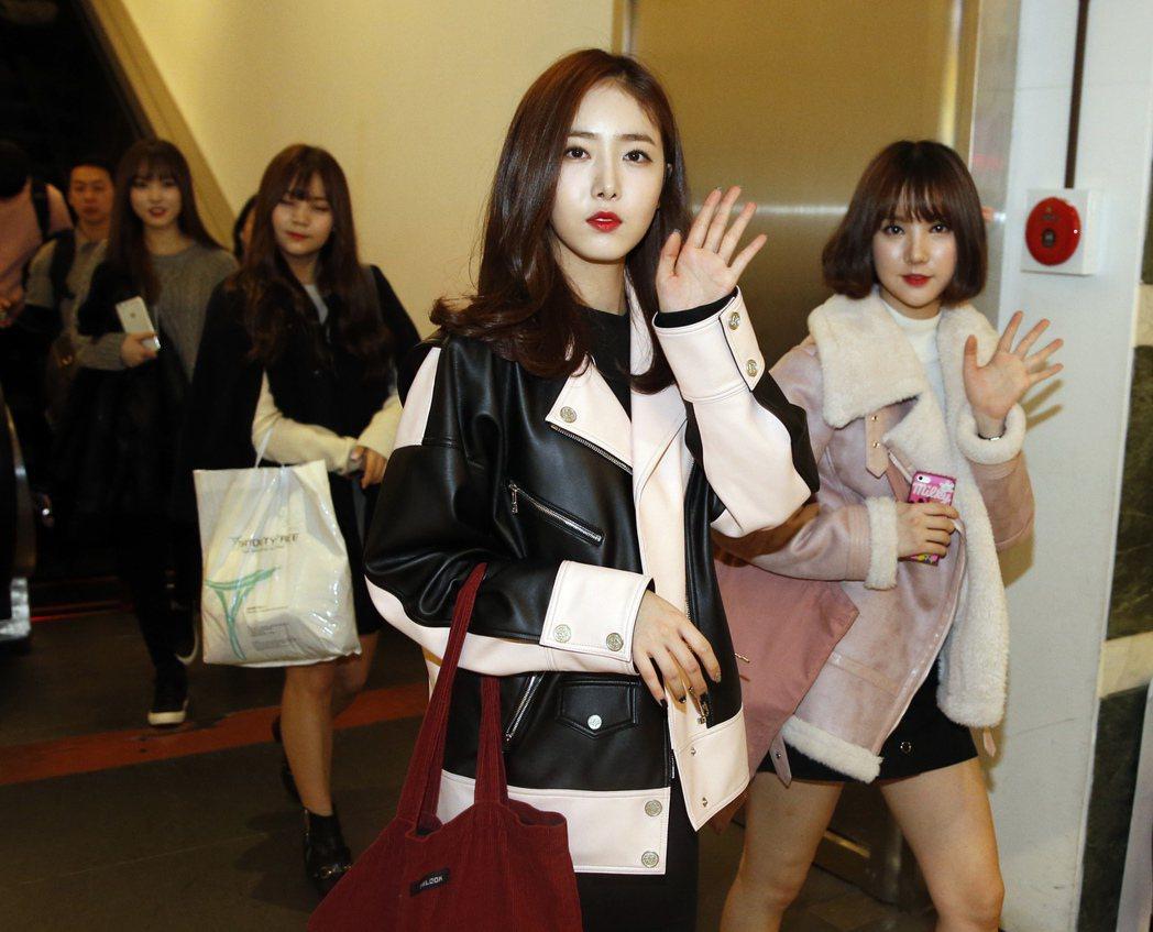 韓國超人氣女團「GFRIEND」中午抵達桃園機場。記者鄭超文/攝影