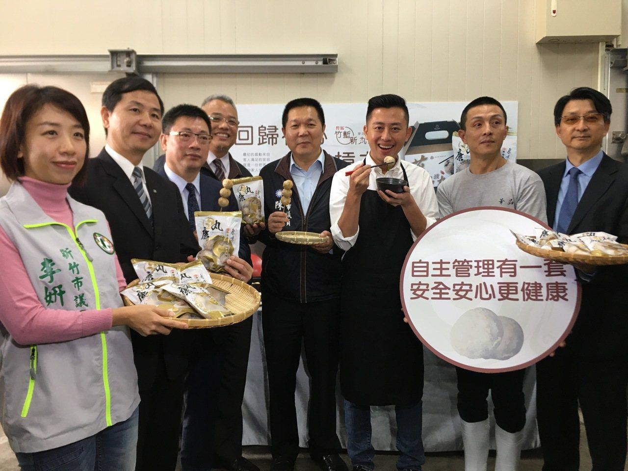 新竹市長林智堅到「華品摃丸」體驗製作流程,並推薦無添加的新竹好物。記者蔡昕穎/攝...