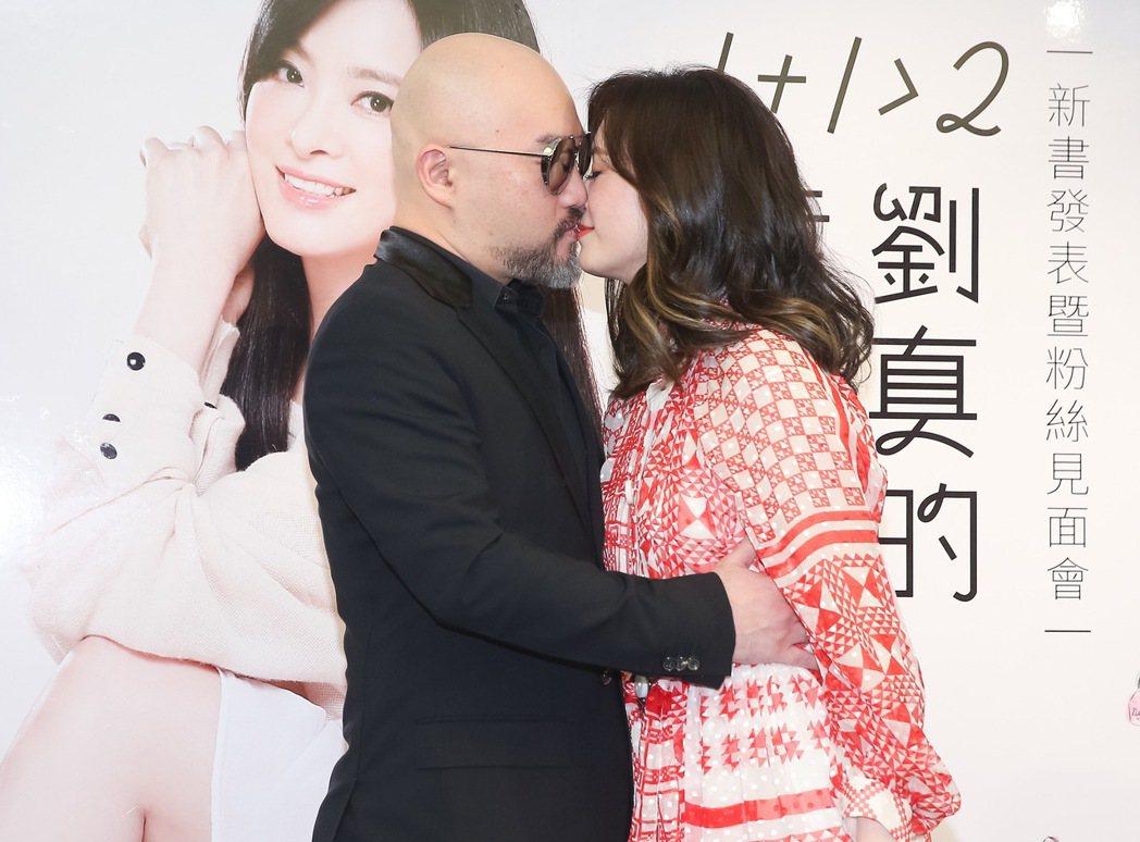 劉真舉辦新書發表會,老公辛龍獻熱吻。記者余承翰/攝影