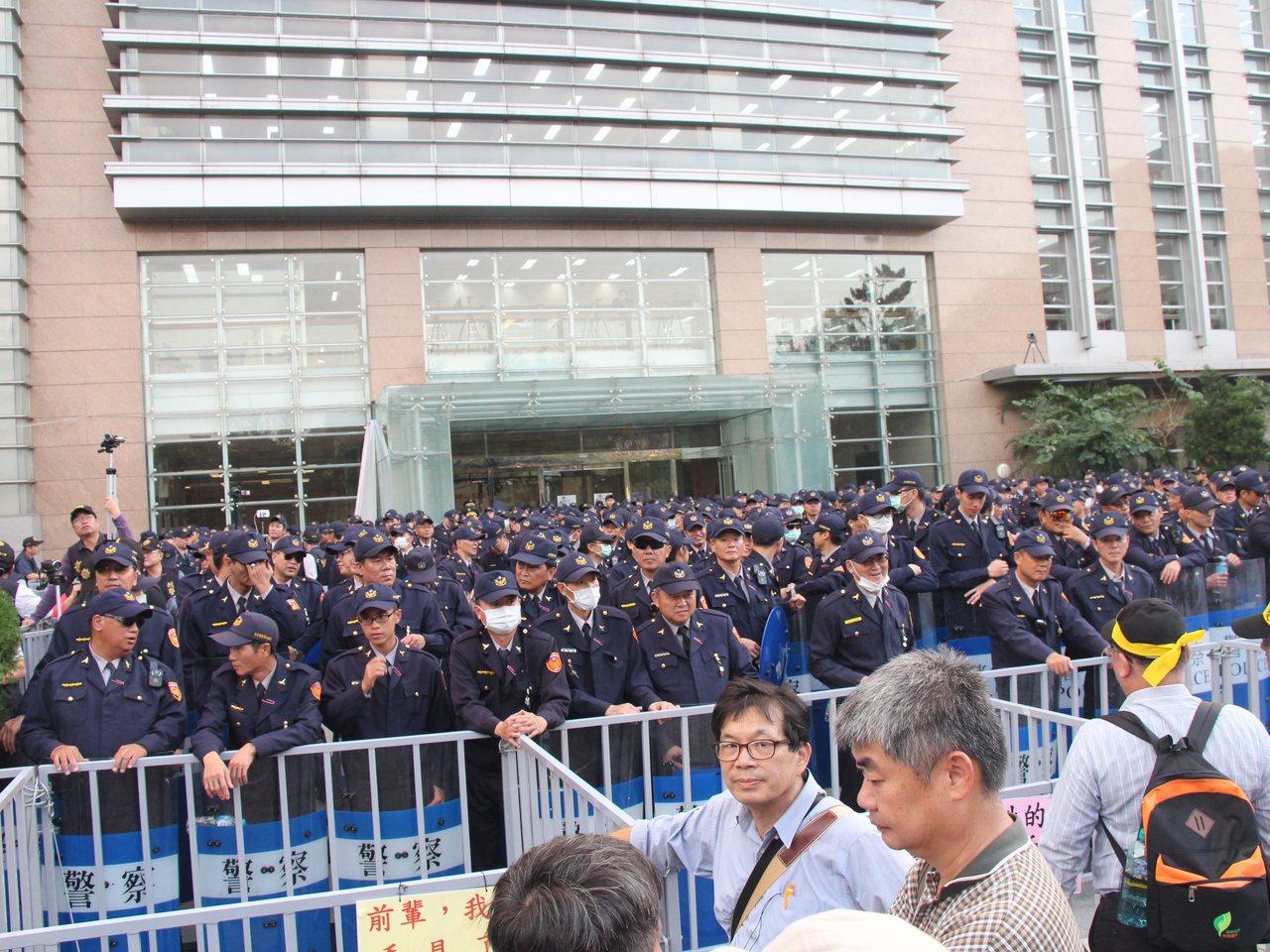 年金改革中區座談會昨天下午在台中中興大學登場,不少退休軍公教民眾在場外抗議。記者...