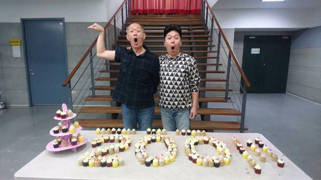 金士傑、卜學亮開心慶祝「最後14堂星期二的課」 巡演超過200 場。圖/果陀提供