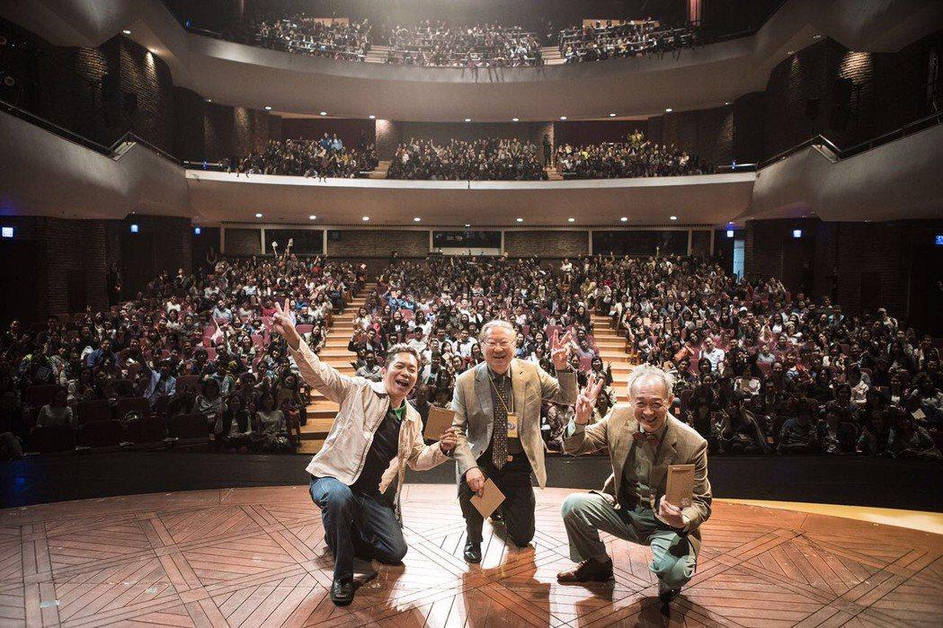 金士傑(右起)、導演楊世彭、卜學亮演出「最後14堂星期二的課」與觀眾合影。圖/果...