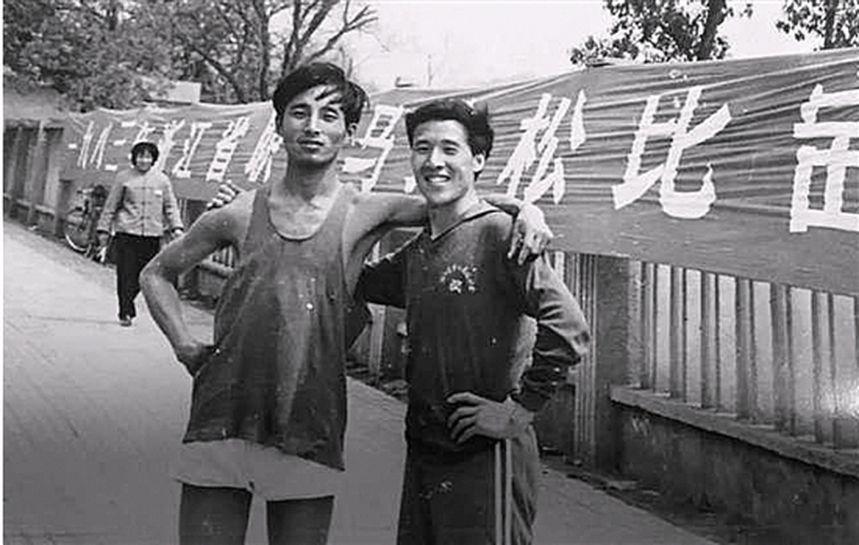 曾啟順(右)1983年參加浙江省職工馬拉松比賽。(取材自錢江晚報)